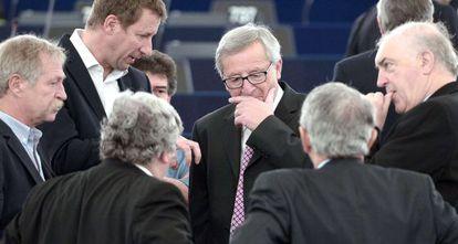 El presidente de la Comisión Europea, Jean-Claude Juncker, en Estrasburgo, rodeado de parlamentarios
