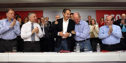 Iglesias, Blanco, Zapatero, Chaves y Zarrías, tras realizar su anuncio el líder del partido.