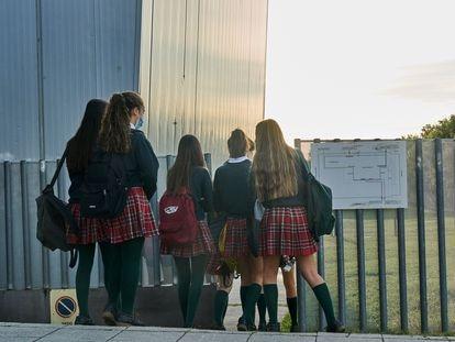 Varias alumnas a la entrada del colegio Miravalles de Pamplona, este miércoles.
