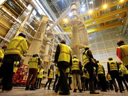 Técnicos y visitantes, en el International Thermonuclear Experimental Reactor (ITER) de Saint-Paul-lez-Durance (Francia).