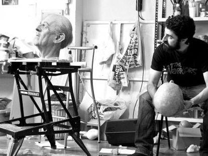 El artista Eugenio Merino trabajando en su estudio.