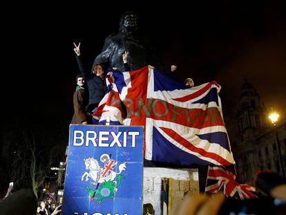 Celebración del Brexit, el pasado 31 de enero junto a la estatua de Winston Churchill en Londres.