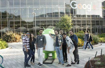 Santana, León y Hernández, en la sede de Google, junto a empleados cubanos.