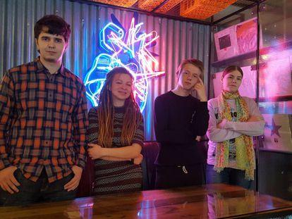 Desde la izquierda, el futuro programador Stas Malkov (23 años), Katya Kukushkin (22), Denis Syaskov (18) e Izabel Kurygina (24) en un restaurante de Nizhni Novgorod, el viernes.