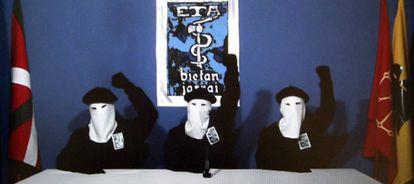 La organización terrorista vasca anuncia el fin de la violencia en octubre de 2011.