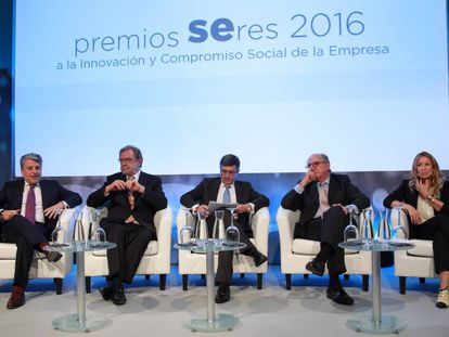 Los representantes de los proyectos galardonados con el premio Seres. De izquierda a derecha, Juan Pedro moreno (Accenture), Juan Luis Cebrián (PRISA), Francisco Román (presidente de la Fundación Seres), Antonio Brufau (Repsol) y Rosa Cuarteto (Disjob)