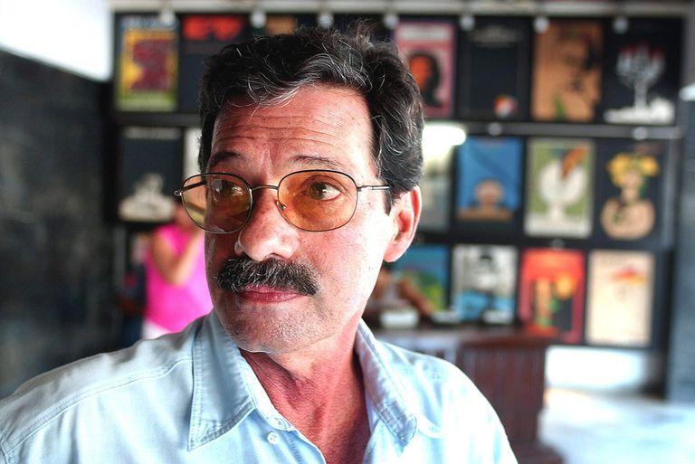 El  cineasta cubano Juan Carlos Tabío durante una entrevista, en junio de 2003 en La Habana (Cuba)