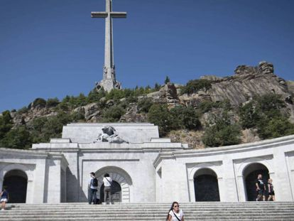 En foto: el Valle de los Caídos, el pasado agosto. En vídeo: Declaraciones de Fernando Martínez López, director general para la Memoria Histórica del ministerio de Justicia de España.
