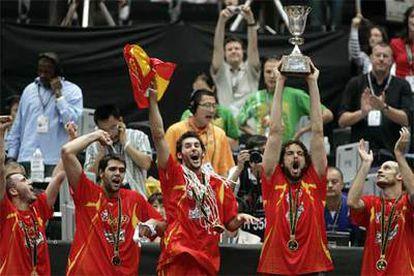 Pau Gasol levanta el trofeo del mundial junto a Carlos Jiménez, Sergio Rodríguez, Felipe Reyes y Rudy Fernandez.