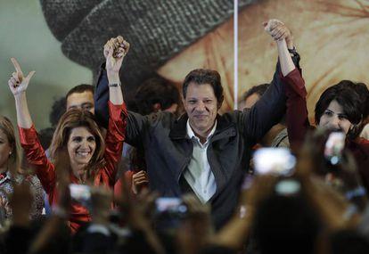Fernando Haddad celebra su pase a la segunda vuelta de las elecciones presidenciales en Brasil.