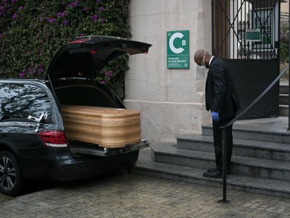 Inhumación a puerta cerrada de un persona fallecida por coronavirus en el cementerio de Sant Gervasi de Barcelona, en marzo de 2020.