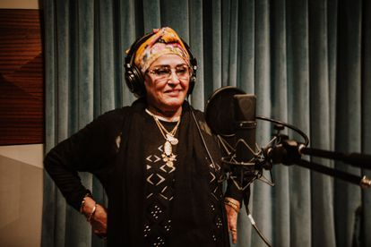 La cantante amazigh Rkiya Talbensirt  durante un momento de la grabación del recopilatorio 'Ruais. Un viaje al universo de los poetas cantantes itinerantes'.