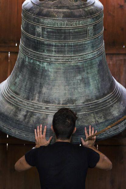 Eliseu M. Roig sujeta el Jaume, una de las campanas de la torre del Micalet de la catedral de Valencia.