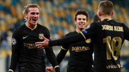 Griezmann celebra con Jordi Alba y Riqui Puig el cuarto gol del Barcelona en Kiev.