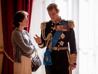 Claire Foy y Matt Smith, como Isabel II y el duque de Edimburgo en un fotograma del primer capítulo de la segunda temporada de 'The Crown'.