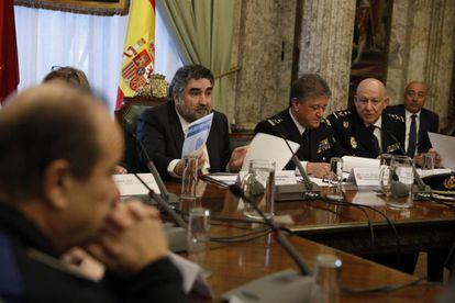 El delegado del Gobierno en la Comunidad de Madrid, José Manuel Rodríguez Uribes, en el centro, preside la última reunión de coordinación para la final de la Copa Libertadores.