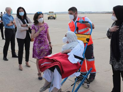 La ministra de Defensa, Margarita Robles, saluda a una mujer afgana evacuada a su llegada a la base de Torrejón de Ardoz, este miércoles.