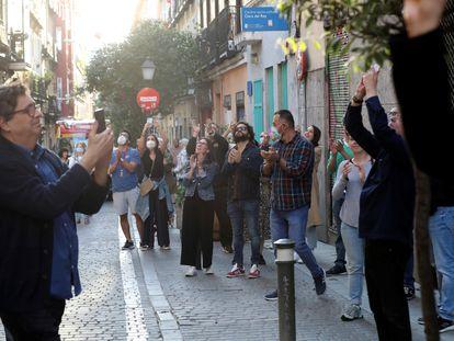 Grupo de personas sin cumplir las medidas de distanciamiento en Malasaña (Madrid).