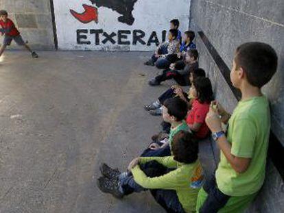Un grupo de escolares juega a la pelota en el frontón de Elorrio (Bizkaia).