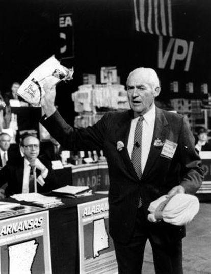 Sam Walton, en 1986, hace campaña en favor de los productos americanos para combatir el déficit comercial.