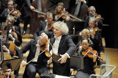 """Según Rattle, él heredó una orquesta para la élite y ahora la Filarmónica de Berlín """"es realmente parte de la ciudad""""."""