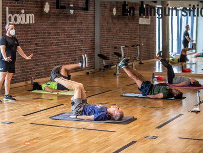 Clase de yoga en un gimnasio madrileño.