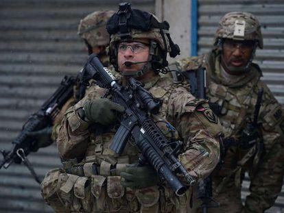 Soldados estadounidenses después de un atentado suicida, el miércoles en Kabul.