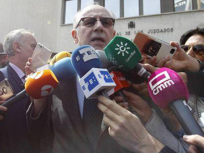El exvicepresidente del Gobierno Rodrigo Rato habla con los medios este jueves tras abanfonar la Corte d Instrucción, en Madrid.
