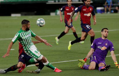 Sergio Herrera, portero del Osasuna, rechaza un disparo a bocajarro de Fekir.