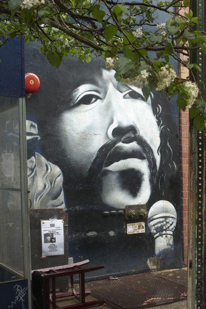 Grafiti en el Nuyorican Poets Café con la efigie de Miguel Piñero.