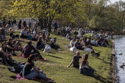 Ciudadanos berlineses se relajan en la orilla del río Spree, el pasado domingo en la capital alemana.