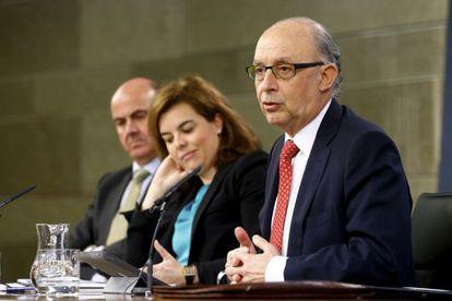 El ministro de Hacienda, tras el Consejo junto a Santamaría y Guindos.