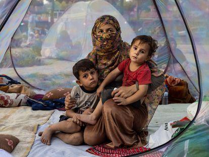 Una familia desplazada de su hogar por el avance de las fuerzas talibanes el pasado 12 de agosto en Kabul, la capital afgana.