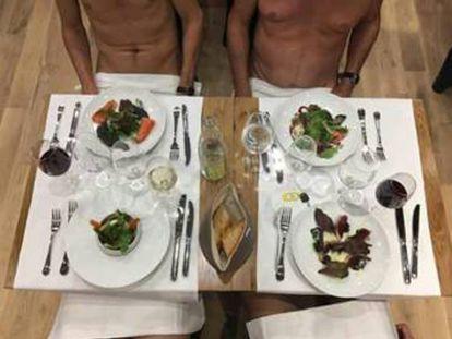 Dos clientes sentados a la mesa en O'Naturel en una fotografía del perfil del restaurante en Facebook.
