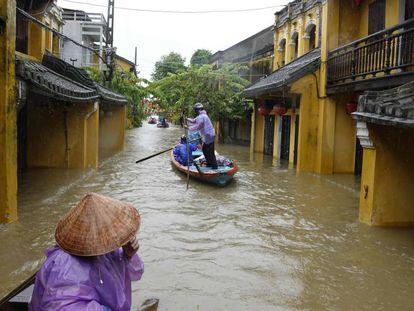 Inundación por el tifón Damrey, ayer en Hoi An (Vietnam).