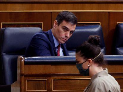 La secretaria del Grupo Parlamentario de Vox, Macarena Olona, pasa ante el presidente Pedro Sánchez en el pleno del pasado 9 de abril.