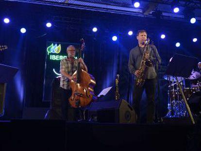 El grupo formado por cuatro grandes estrellas del Jazz, Chris Potter al saxo tenor, Dave Holland al contrabajo, Lionel Loueke a la guitarra y Eric Harland a la batería, durante el concierto de ayer en el Festival de Jazz de Vitoria-Gasteiz.
