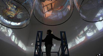 La artista, durante su participación en Documenta de 2013 con su obra 'In Search of Vanished Blood.