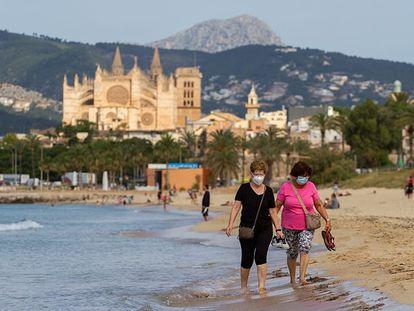 Bañistas en una playa de Palma de Mallorca el 27 de mayo.