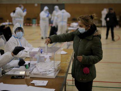 Una mujer vota en el colegio electoral de la Espanya Industrial de Barcelona.