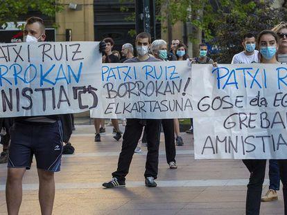 Un grupo de manifestantes porta carteles de apoyo al preso de ETA Patxi Ruiz por la huelga de hambre que inició en mayo de 2020.