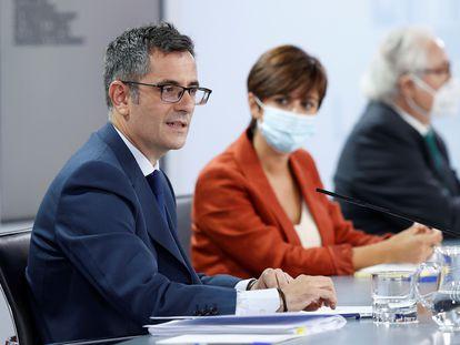 El ministro de la Presidencia, Félix Bolaños, junto a la portavoz del Gobierno, Isabel Rodríguez, y el ministro de Universidades, Manuel Castells, este martes en La Moncloa.