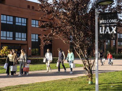 Estudiantes en el campus de la Universidad Alfonso X el Sabio, comprada por CVC en 2019, en Villanueva de la Cañada (Madrid).