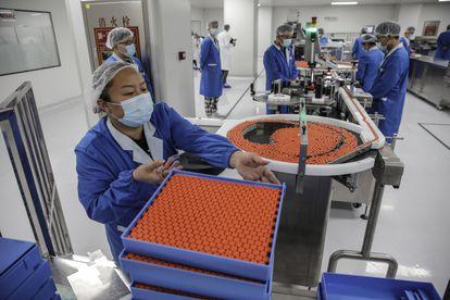 Trabajadores de Sinovac preparan pruebas de la vacuna, en Beijing.