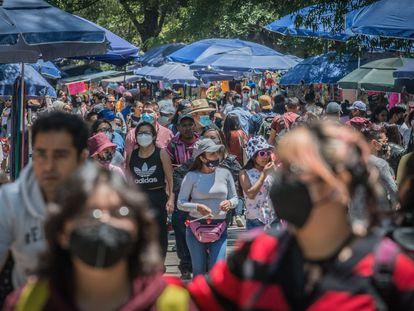 Decenas de personas pasean por el Bosque de Chapultepec de Ciudad de México, el pasado 3 de abril.