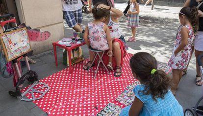 Un salón de maquillaje improvisado en una calle de Gràcia durante las fiestas.