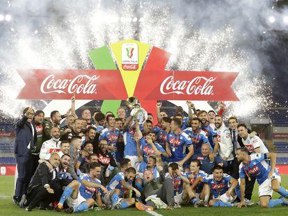 Los jugadores del Nápoles celebran el triunfo en la Copa de Italia tras imponerse esta noche a la Juve en el Estadio Olímpico de Roma.