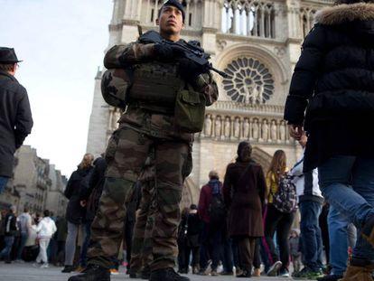 Un soldado francés patrulla cerca de Notre Dame, el pasado 30 de diciembre.