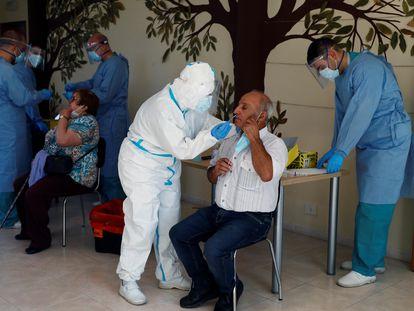 Sanitarios realizan pruebas PCR a los vecinos de O Incio, en Lugo, el 1 de septiembre, tras el anuncio del brote en la residencia de mayores.
