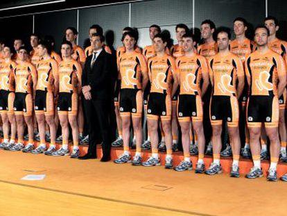 Plantilla al completo del Euskaltel, con González de Galdeano en el centro.